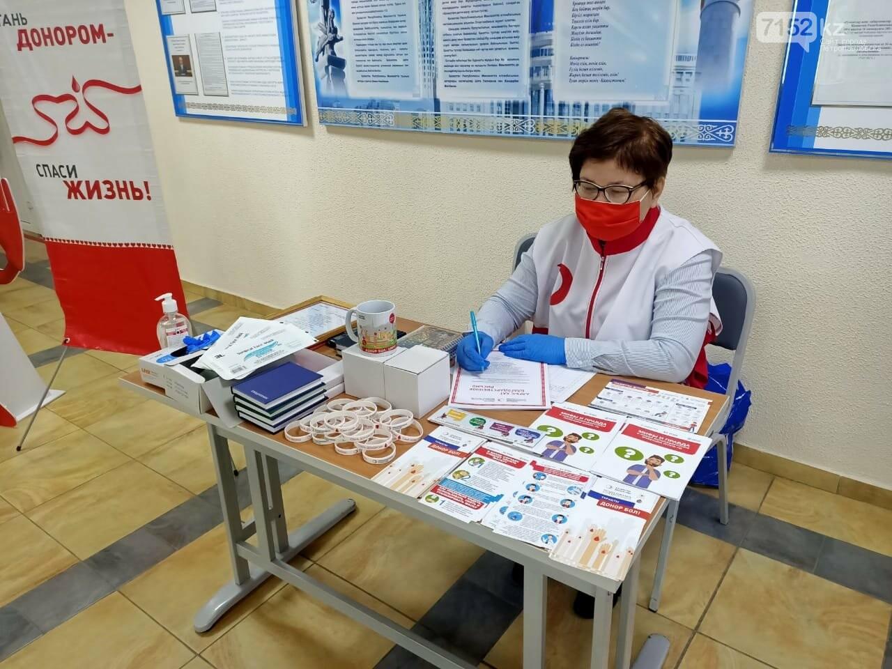 Сотрудники ДЧС ждут свой очереди в Центре крови
