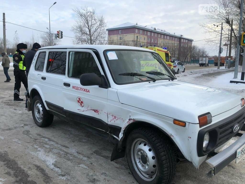 Автомобиль «медслужбы» столкнулся с легковым авто на оживленном перекрестке, фото-1